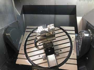 Hydraulikblock im Arbeitsraum der 5Achs-Maschine